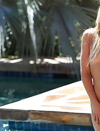 Kelly spreads her pussy at the pool