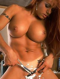 Muscle Lady Shaving Pussy