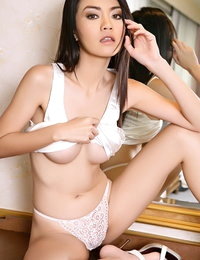 Bare-skinned Asian Sizzling Babe Christy Kee
